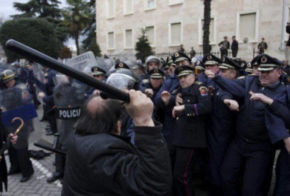 Albania:Socialist protesters facing police