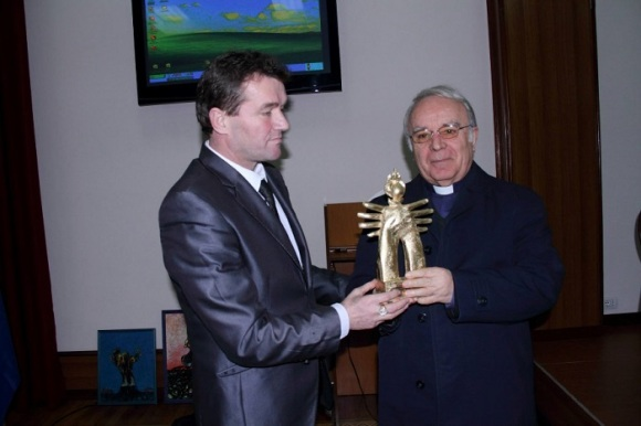 Was honored FIGURE OF THE ALBANIAN great friend - I LUMTURUARI Pope John Paul II.  Archbishop Zef Gashi Tivarit.Imzot accepts the award for Pope John Paul II:  Albanian Ambassador's image in the world, from Dr. Doc Astrit Memia.